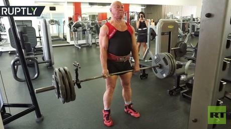 يرفع 210 كيلوغرامات في الـ76 من عمره