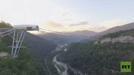 درس لراقصي الباليه الصغار على أحد أطول الجسور المعلقة بالعالم