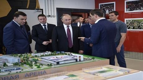 """الرئيس الروسي فلاديمير بوتين في معرض """"اينوبروم"""" الصناعي"""
