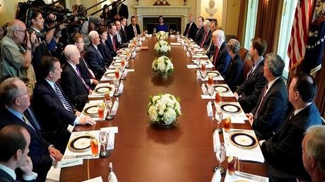 دونالد ترامب وأعضاء في الكونغرس إثناء غداء عمل في  البيت الأبيض