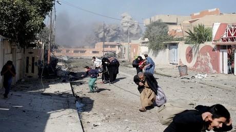 مدنيون يفرون للنجاة بانفسهم من غارة للتحالف على مواقع داعش في الموصل (17/11/2016)
