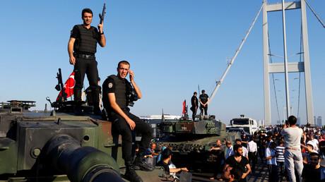 عناصر من الشرطة التركية على دبابة استخدمها الانقلابيون ليلة 15 إلى 16 يوليو/تموز من العام 2016.