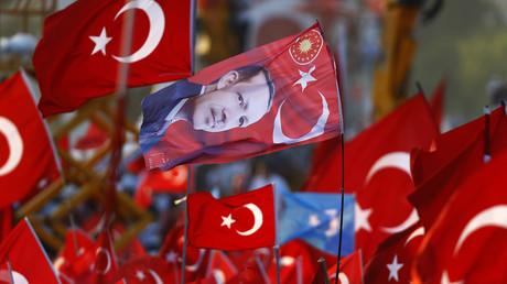 """صورة من """"مسيرة الديمقراطية والشهداء"""" في اسطنبول (7 أغسطس/آب عام 2016)."""