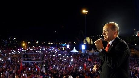 الرئيس التركي، رجب طيب أردوغا، يلقي كلمة أمام المشاركين في مراسم إحياء الذكرى الأولى لمحاولة الانقلاب في اسطنبول يوم 15 يوليو/تموز.