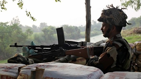 عنصر من القوات الهندية في إقليم كشمير المتنازع عليه مع باكستان