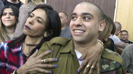 الجندي، إيلور عزريا، ووالدته.