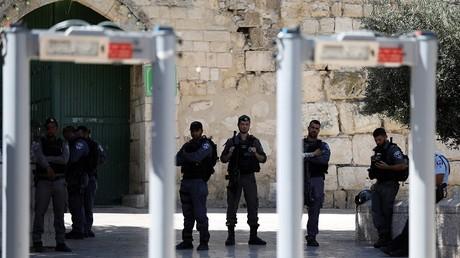 بوابات فحص الكترونية ثبتتها الشرطة الإسرائيلية بالمسجد الأقصى في القدس