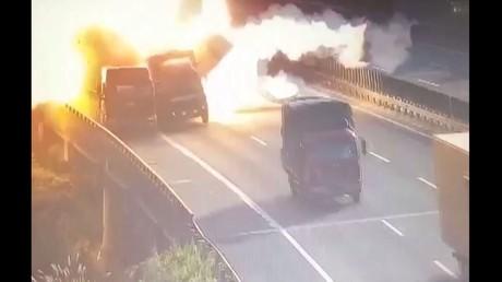 انفجار سيارة نقل لحظة اصطدامها بشاحنة متوقفة
