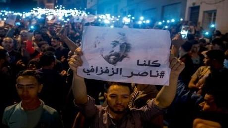 محتجون في الحسيمة يرفعون صورة ناصر الزفزافي