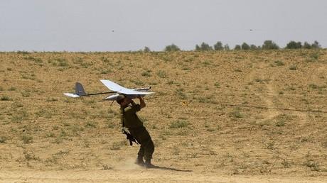 أرشيف - جندي إسرائيلي يطلق طائرة بلا طيار للاستطلاع بالقرب من الحدود مع غزة