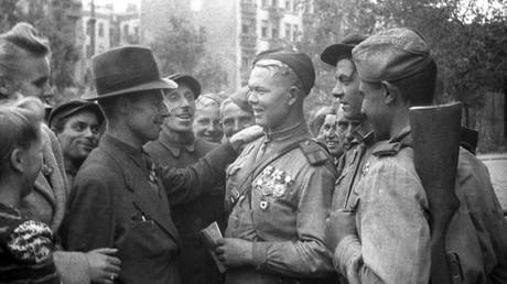 البولنديون يستقبلون جنود الجيش الأحمر السوفيتي