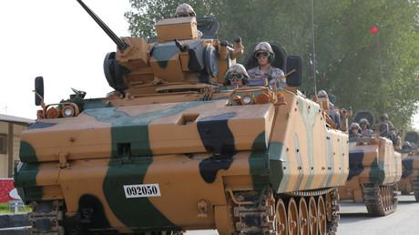 قوات تركية تتوجه، بعد وصولها إلى قطر، نحو موقع مرابطتها في الدوحة.