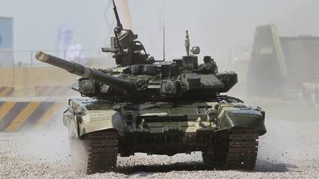 """دبابة روسية من طراز """"ت-90""""."""