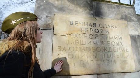 أحد النصب التذكارية في وارسو: المجد الخالد لأبطال الجيش الأحمر الذين دفعوا حياتهم ثمنا لتحرير وارسو