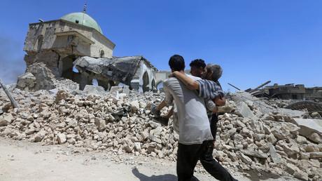 مساعدة أحد الجرحى في الموصل