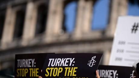 مظاهرة للمنظمة العفو تطالب بإطلاق سراح نشطائها الأتراك