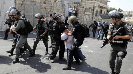 القوات الإسرائيلية تمارس العنف ضد الشباب الفلسطيني بالقدس