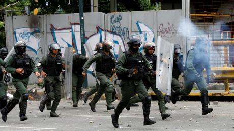 الشرطة الفنزويلية تفرق المتظاهرين بالغاز