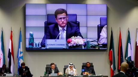 """أرشيف – وزيرا الطاقة الروسي والسعودي والأمين العام لمنظمة """"أوبك"""" خلال اجتماعهم في مايو بفيينا"""