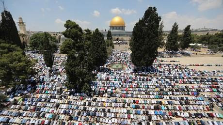 فلسطينيون يؤدون صلاتهم في محيط المسجد الأقصى