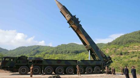 الزعيم الكوري الشمالي كيم جونغ أون يتفقد صاروخا معدا للإطلاق