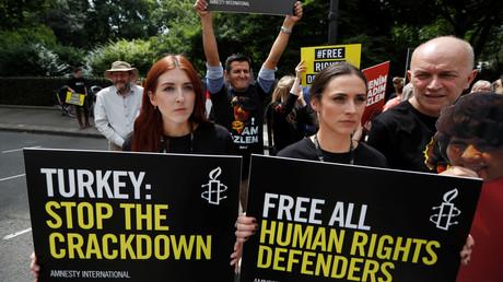 نشطاء العفو الدولية يحتجون ضد الاعتقالات في تركيا