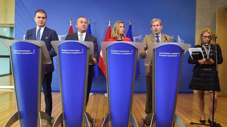 مؤتمر صحفي لمسؤولي الاتحاد الأوروبي ومسؤولين أتراك