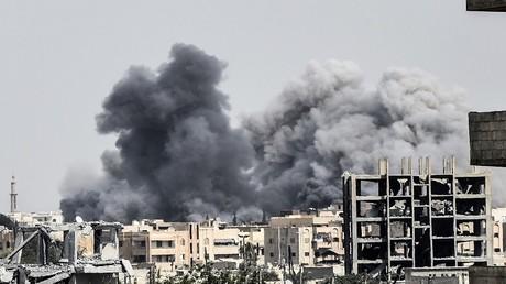 أرشيف - قصف جوي على مدينة الرقة السورية