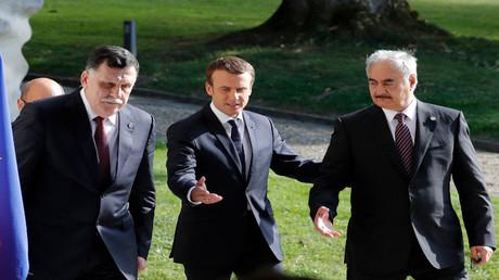 الرئيس الفرنسي إيمانويل ماكرون ورئيس حكومة الوفاق الليبية فايز السراج والمشير خليفة حفتر