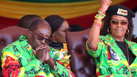 السيدة الأولى في زيمبابوي جريس موغابي، وزوجها الرئيس روبرت موغابي
