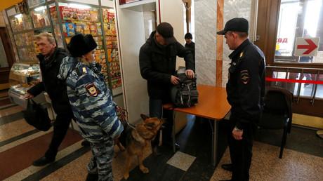عمليات تفتيش في إحدى محطات سكة الحديد في بطرسبورغ