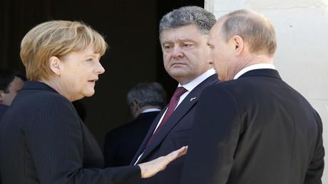 أرشيف - الرئيس الروسي فلاديمير بوتين مع نظيره الأوكراني بترو بوروشينكو والمستشارة الألمانية أنغيلا ميركل، فرنسا، 6 يونيو 2014.