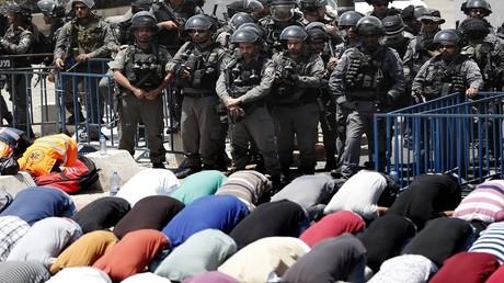 مقتل فلسطيني وإصابة 52 آخرين على خلفية إغلاق الأقصى أمام المصلين