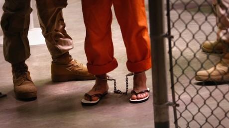 إقتياد أحد معتقلي غوانتنامو مقيدا