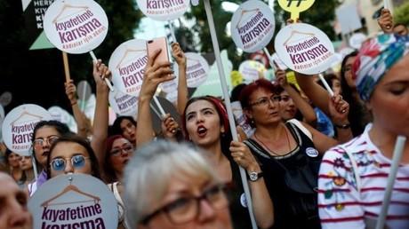تركيا.. نساء يشاركن في مسيرة للمطالبة باحترام حقهن في اختيار ملابسهن