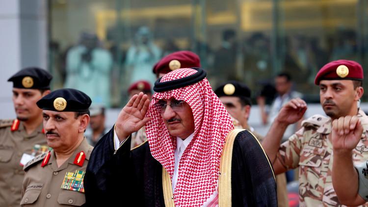 محمد بن نايف يحتسي الشاي!