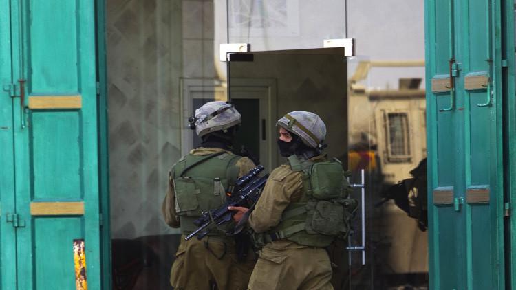 الجيش الإسرائيلي يعتقل 15 فلسطينيا بينهم نائب في المجلس التشريعي