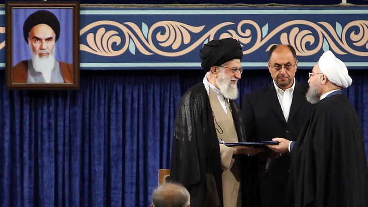 خامنئي يسلم روحاني مرسوم تولي رئاسة إيران للمرة الثانية