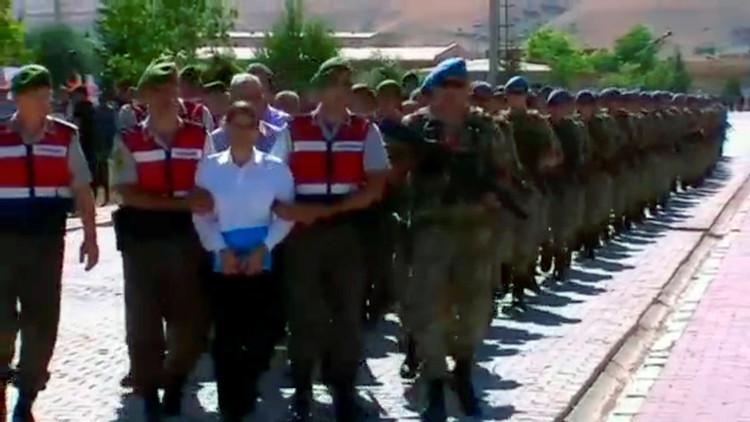 الانقلابيون الأتراك يحاكَمون أفواجا