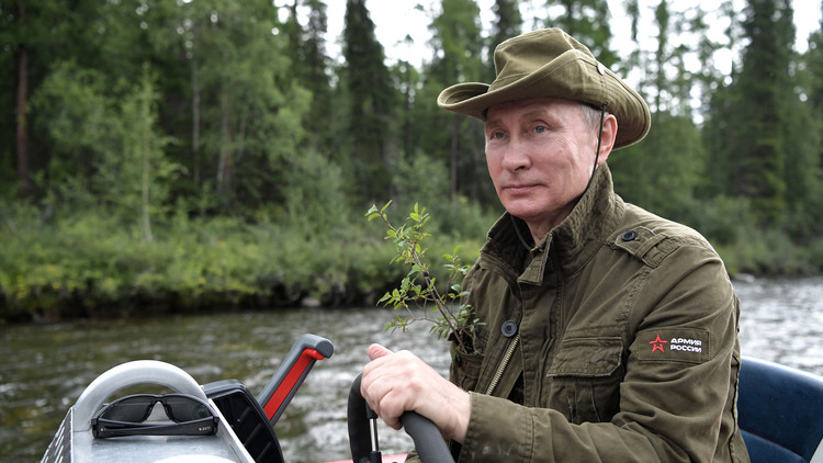ماذا كان في جيب بوتين في صورته خلال الإجازة؟!