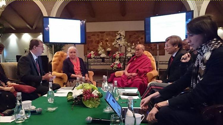 الدالاي لاما يلتقي علماء روس ويؤكد أهمية تطوير التعليم ووحدة البشرية