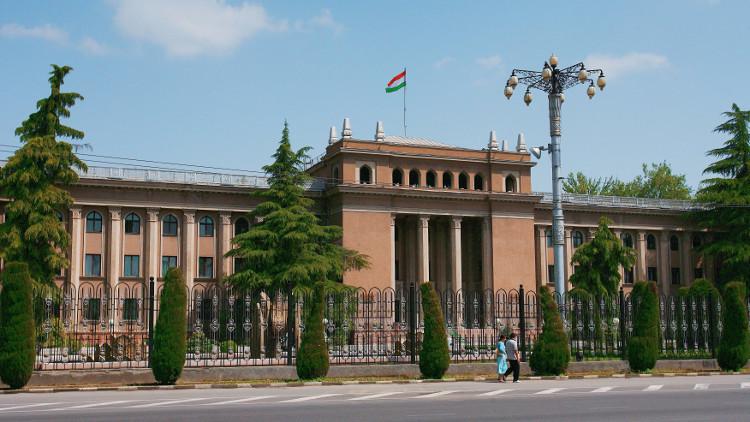 طاجيكستان تتهم إيران بتمويل اغتيالات سياسية أثناء الحرب الأهلية