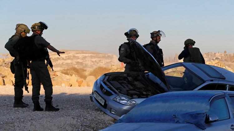 سكان محليون: مستوطنون إسرائيليون يحرقون سيارتين شمالي رام الله