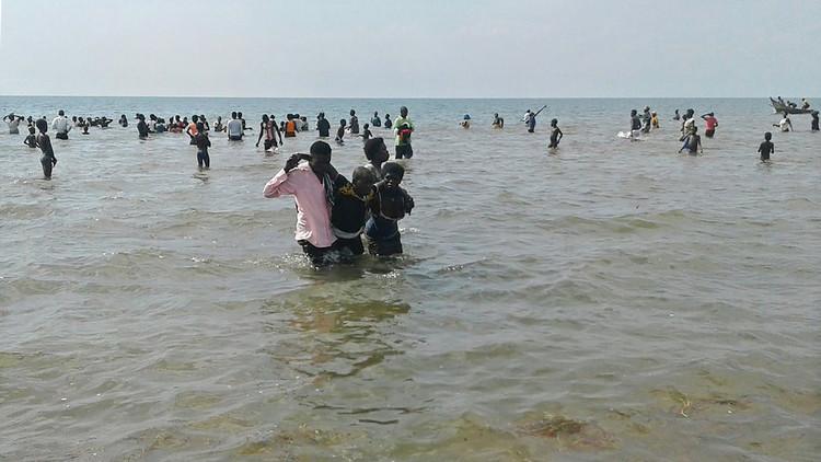 رويترز: مهرب يغرق 50 مهاجرا قبالة الساحل اليمني