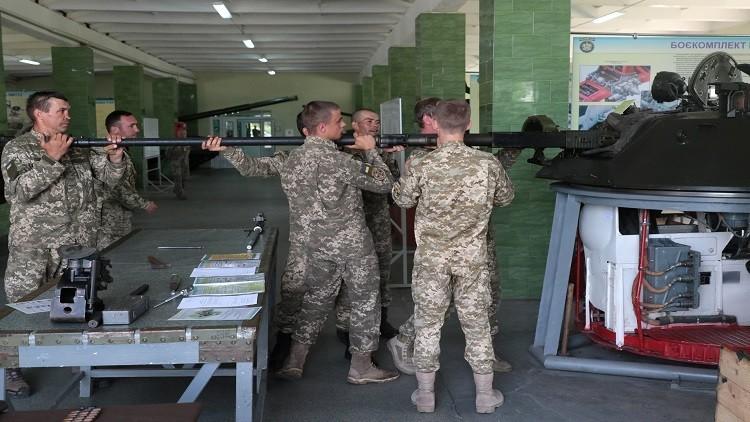 بوروشينكو: عززنا الجيش بـ 16000 قطعة عسكرية منذ بداية الحرب في دونباس!