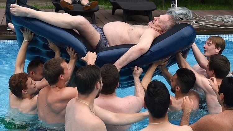 جيرينوفسكي يحتفل بعيد الرياضيين في حوض للسباحة