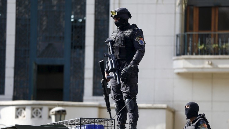 ضابط مصري يصفي إرهابيين اثنين ببراعة
