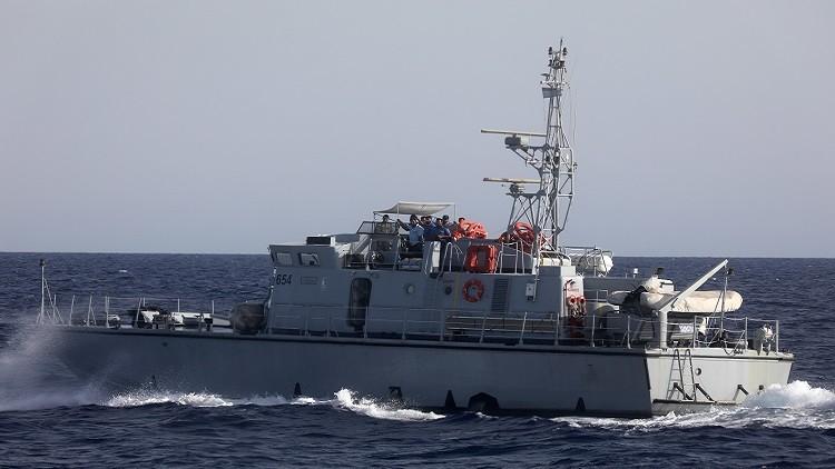 بالصور والفيديو.. خفر السواحل بليبيا يهدد سفينة إسبانية لإنقاذ المهاجرين