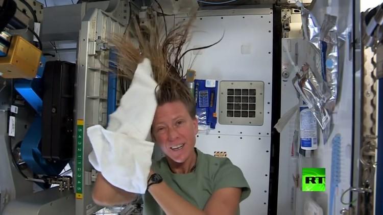 رائدة فضاء أمريكية تبتكر طريقة لغسل شعرها في ظروف انعدام الجاذبية
