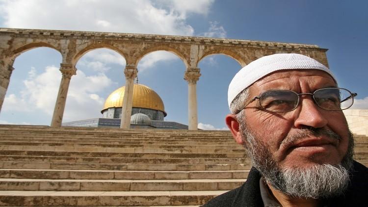منظمة حقوقية: ضباط إسرائيليون يهددون الشيخ صلاح بتصفيته داخل السجن